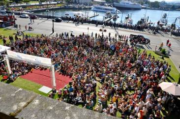 Large crowds for circus performers in Victoria festival